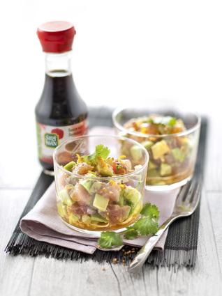 Verrines de tartare de thon et avocat à la sauce soja, graines de ...