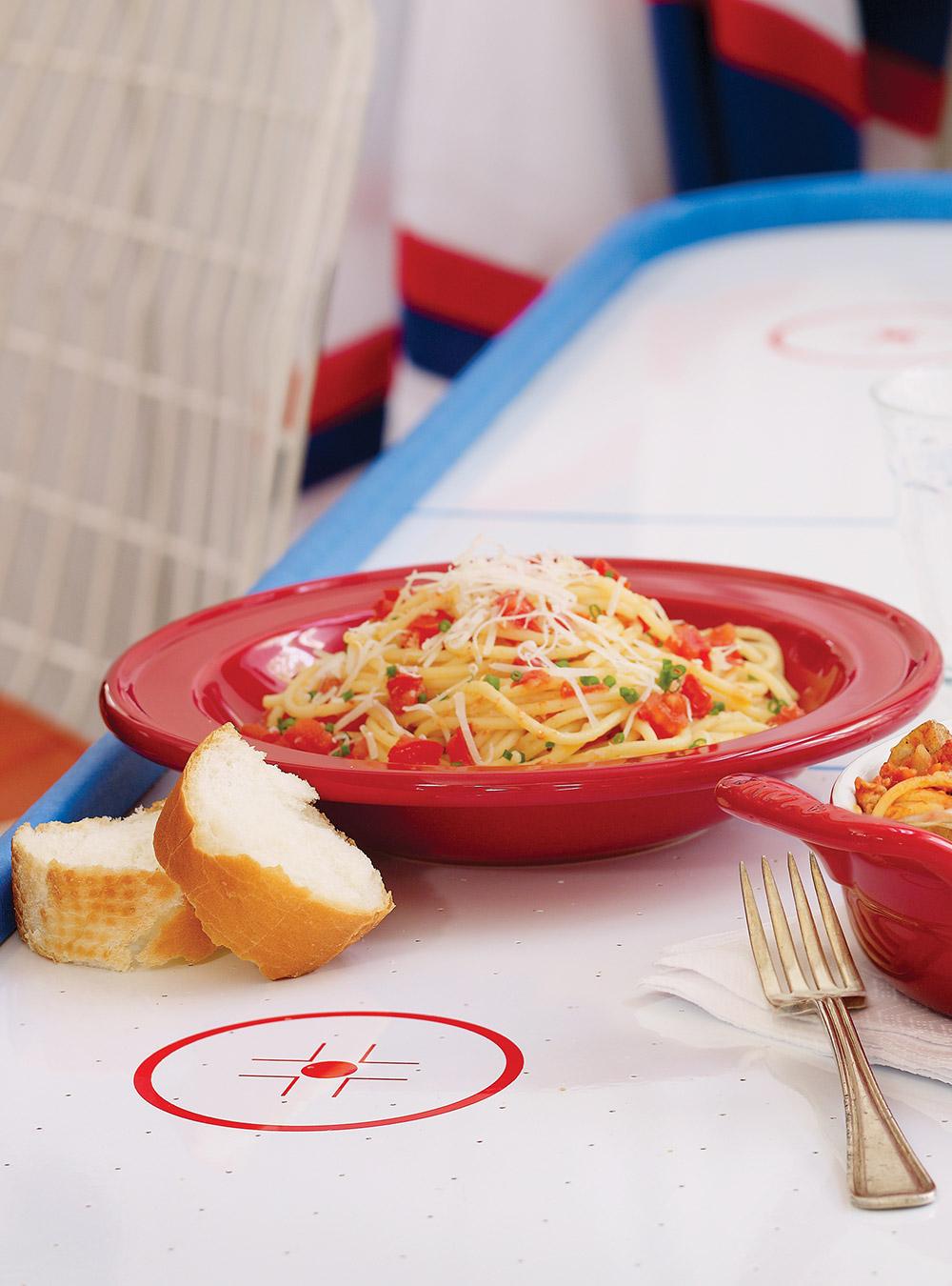 Spaghettis à l'ail et aux tomates fraîches | ricardo