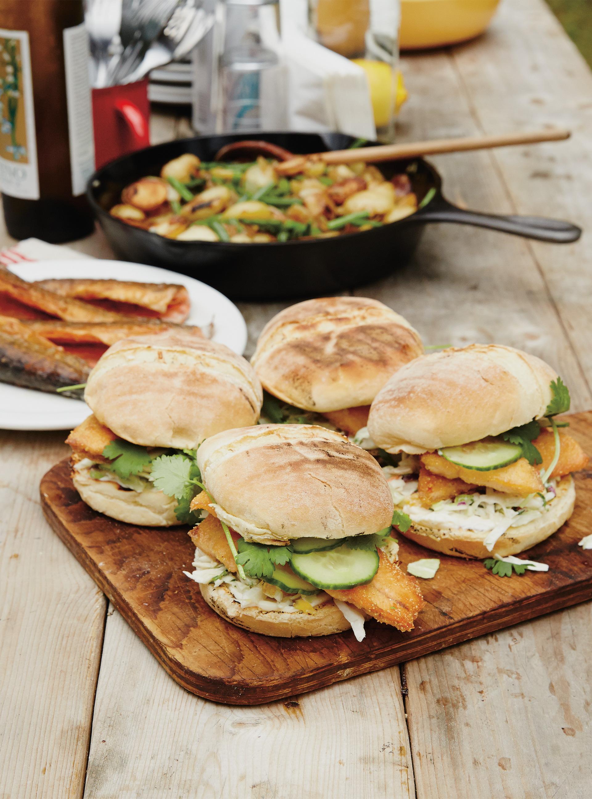 Burger de truite et salade de chou à l'orange | ricardo