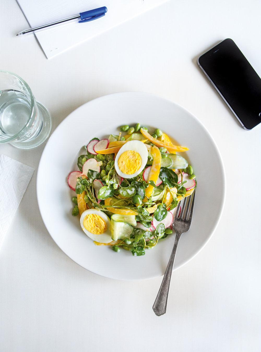 Salade de cresson et d'edamames avec vinaigrette crémeuse au ...