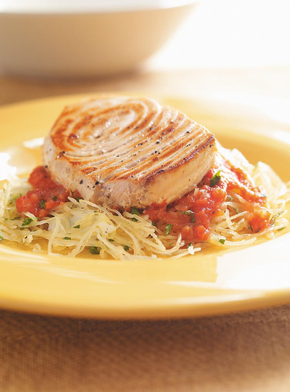 Espadon grillé, sauce tomate et courge spaghetti | ricardo