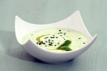 Recette de soupe de concombre rafraîchie à la menthe facile et rapide