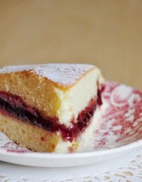 Gâteau léger et moelleux, garni de confiture de framboise pour 8 ...