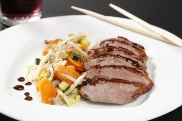 Recette de filet de canard laqué au miel de soja et balsamique, wok ...