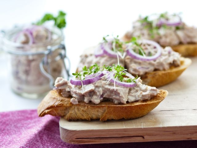 Recette crostini aux rillettes de thon et oignon rouge