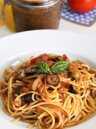 Spaghetti à la sauce tomate et à la tapenade