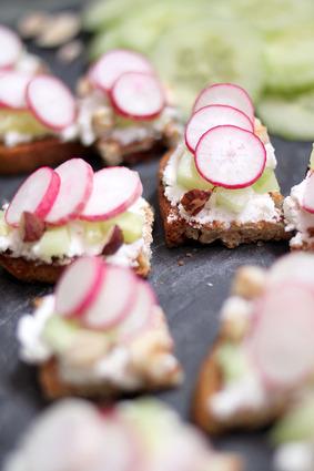 Recette de tartines apéritives {chèvre, radis, concombre et noisettes ...