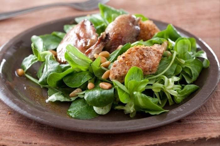 Recette de salade de caille et toast au foie gras et châtaignes facile ...