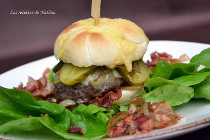 Recette de burger au lard fumé, comté et oignons confits au ...