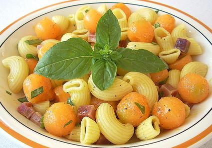 Recette de pâtes fraîcheur au melon, jambon de parme et basilic