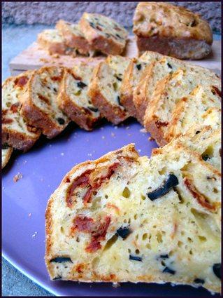 Recette de cake aux olives, tomates séchées et parmesan