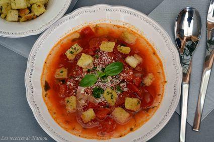 Recette de bouillon de tomates et petits croûtons à l'ail et au persil ...