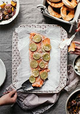 Saumon entier à partager, salade de betteraves, bagels & fromage à ...