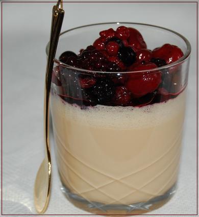 Panna cotta au caramel et ses petits fruits rouges