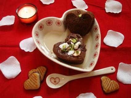 Petits coeurs de saint-valentin et crème anglaise