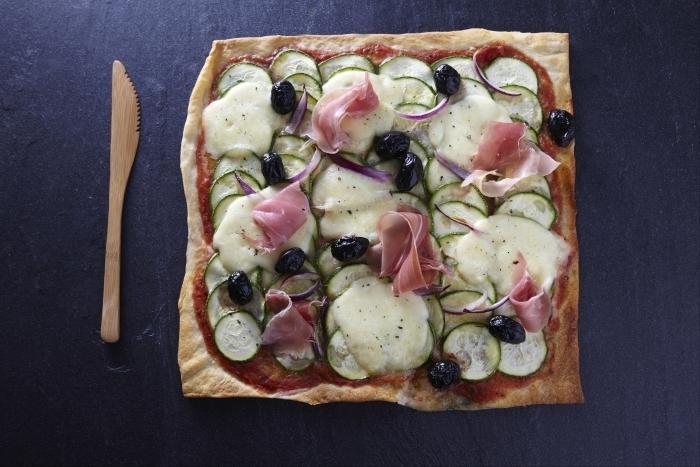 Recette de pizza courgette et jambon cru rapide