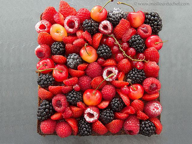 Tarte aux fruits rouges sur son sablé breton et sa crème d'amandes ...