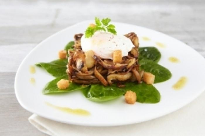 Recette de fricassée de champignons, pousse d'épinard et œuf poché