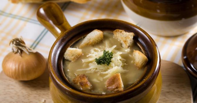 Recette de soupe à l'oignon allégée pour entrée minceur