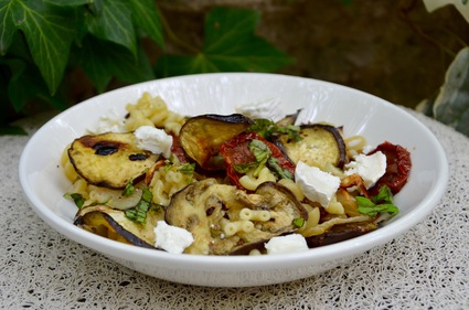 Recette de salade de pâtes aux aubergines grillées, tomates ...
