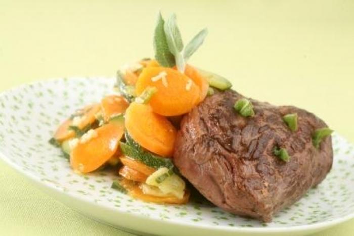 Recette de pavé de boeuf piqué à la sauge, carottes et courgettes ...