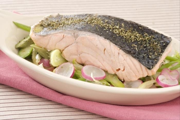 Recette de saumon à la vapeur de thé, wok de légumes croquants ...