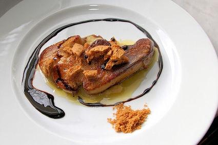 Foie gras poêlé aux speculoos sur lit de compote pomme-rhubarbe ...