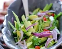Recette salade d'avocats aux oignons rouges
