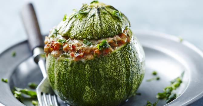 Recette de courgettes farcies légères à la viande hachée, tomate et ...