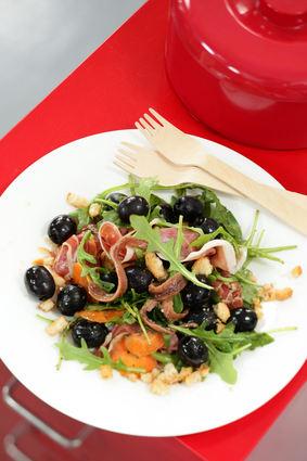 Salade à la roquette, olives noires et jambon cru