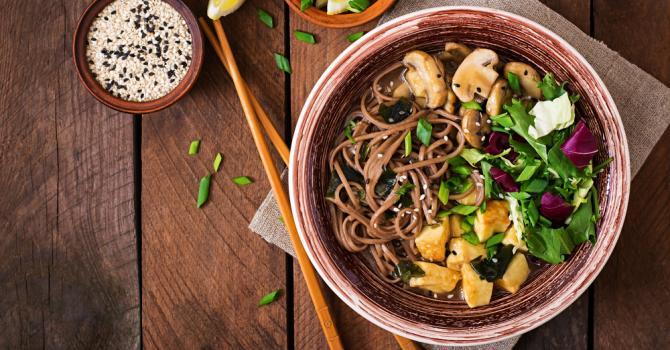 Recette de bol santé de pâtes au sarrasin, tofu et champignons