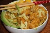 Poke bowl thaï au saumon et à l'avocat