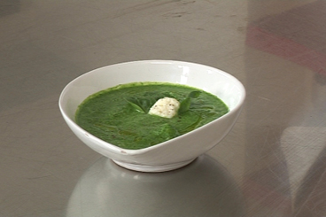 Recette de soupe aux pousses d'épinard et petits gnocchis de ricotta