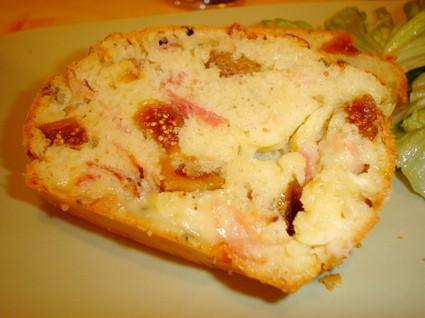 Recette de cake au jambon fumé, figues et saint-marcellin
