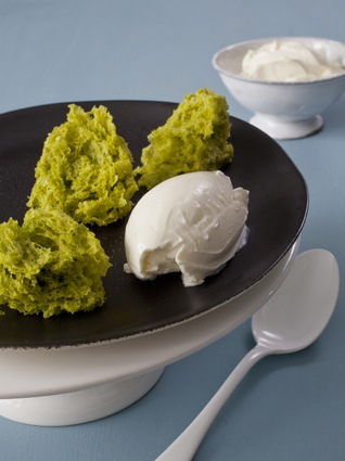 Recette de biscuit éponge à la pistache, crème fraîche salée