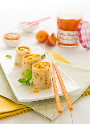 Recette de makis de crêpes à la confiture abricots-pêches