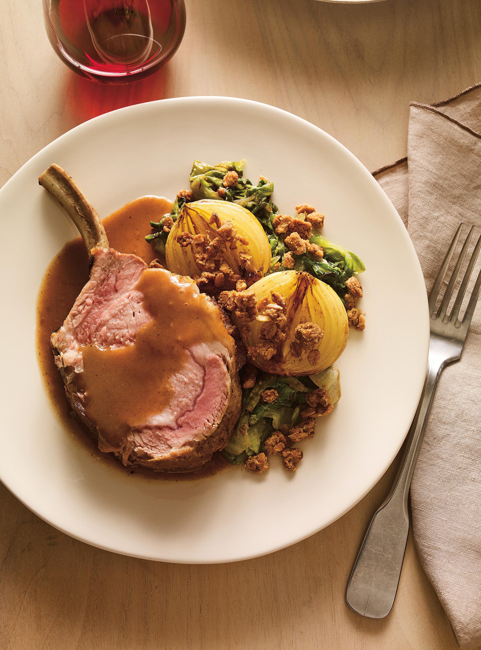 Carré de porc et oignons rôtis au cidre, crumble d'épeautre et ...