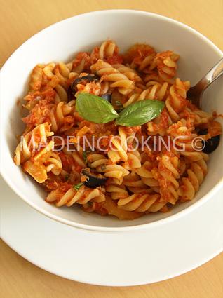 Recette de pâtes au thon, à la tomate et aux olives