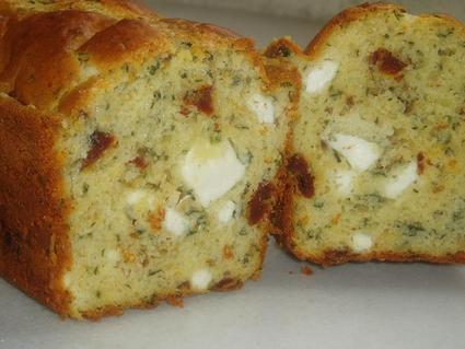 Recette de cake aux tomates séchées, feta, basilic