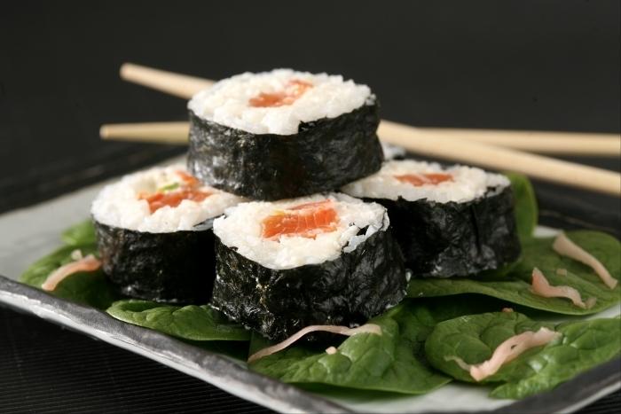 Recette de maki de saumon au chèvre frais, jeunes pousses d'épinard