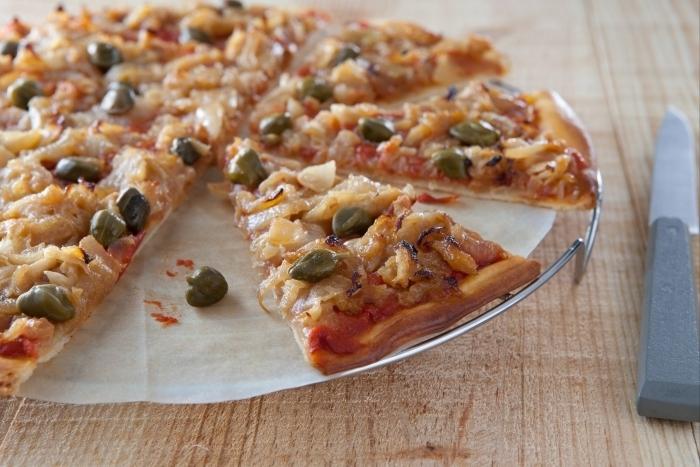 Recette de pizza oignons confits et câpres facile et rapide