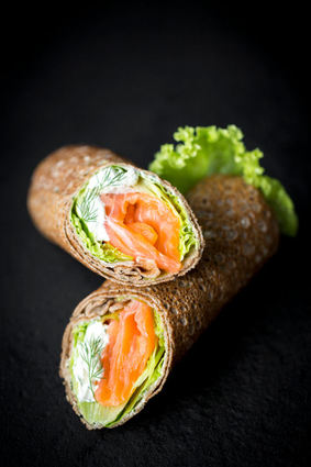 Recette de crêpes de blé noir façon rouleaux au saumon fumé