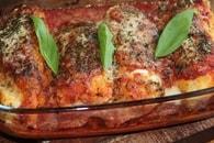 Recette de blancs de poulet panés et farcis à la sauce tomate et ...