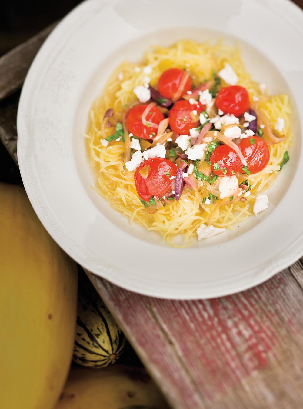 Courge spaghetti aux oignons, aux tomates et aux olives | ricardo