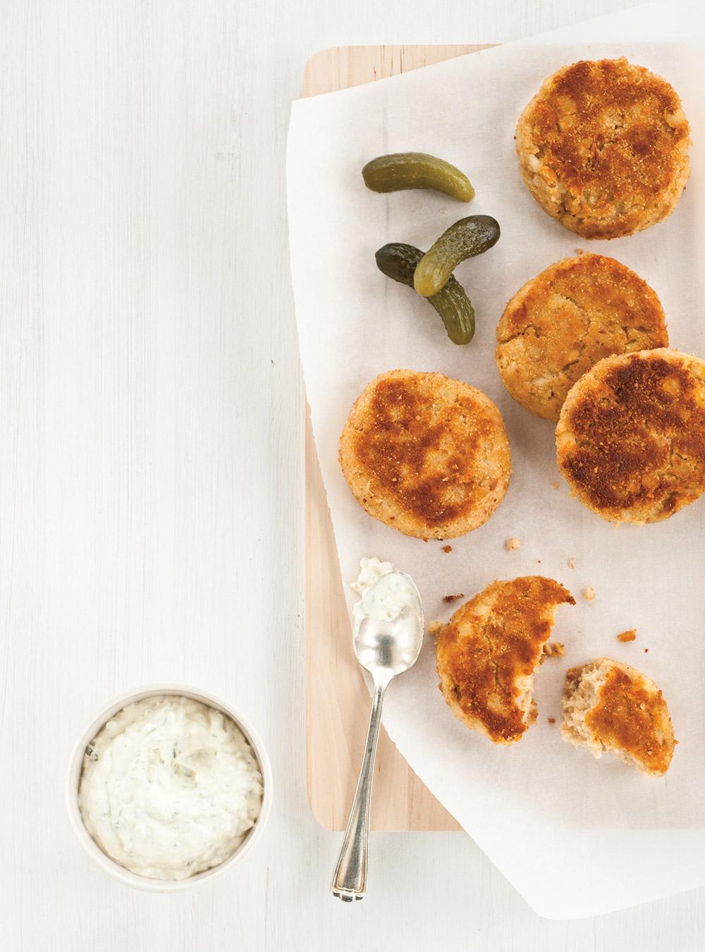 Croquettes de pommes de terre au thon, sauce aux cornichons ...