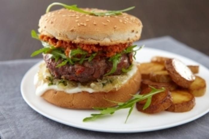 Recette de burger de bœuf à la mozzarella, oignons nouveaux ...