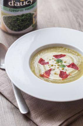 Recette de soupe de courgettes, petits pois et épinards, chips de ...