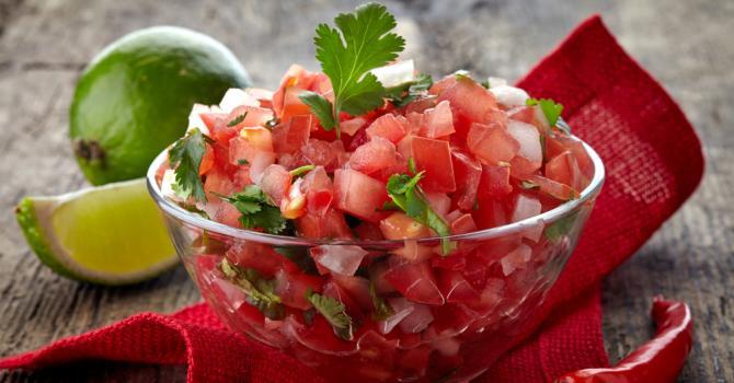 Recette de salsa folle sucrée-salée de tomate à la menthe