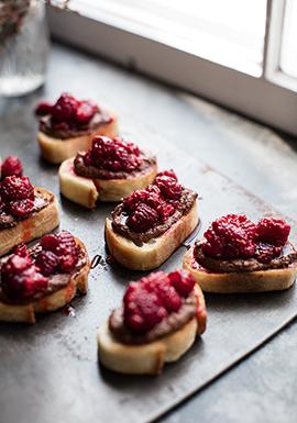 Croûtons de pain grillés à la ricotta chocolatée & aux framboises ...