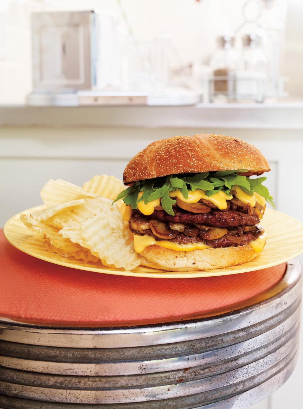 Burger double aux champignons, sauce au fromage | ricardo